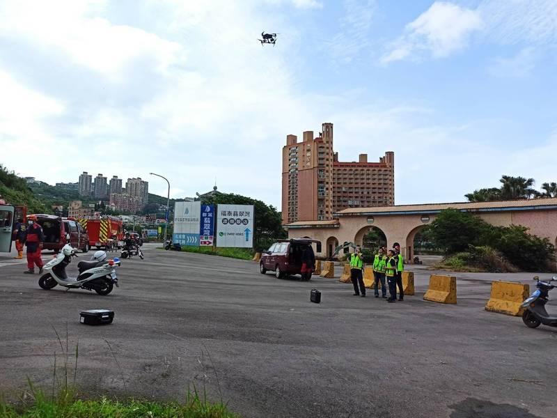 林姓飛行傘玩家迫降不知名山區,新北市消防局出動空拍機找到他,成功救出。(記者林嘉東翻攝)
