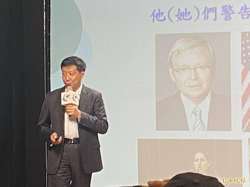 龍應台文化基金會今在台北舉行「島鏈戰略中的一個島—從軍事看海峽兩岸」沙龍,由中華戰略前瞻協會研究員揭仲主講。(記者吳書緯攝)