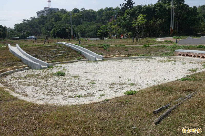 彰化市民族新村親子公園的兒童沙坑,完全沒有樹蔭。(記者劉曉欣攝)