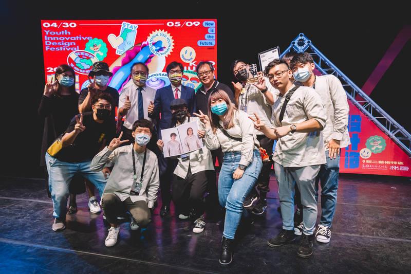 2021青春設計節創意競賽頒獎,獲獎的學生團隊開心上台領獎。(高雄市文化局提供)