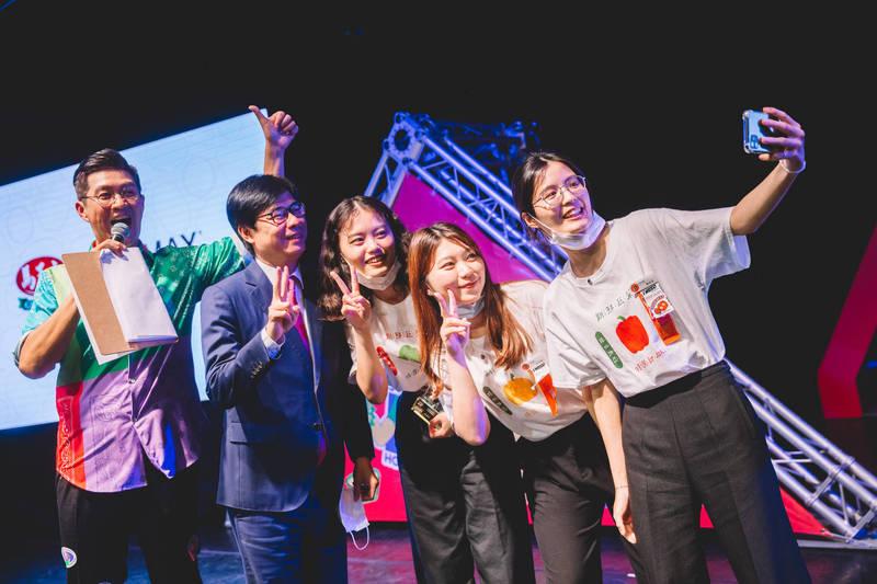 獲獎學生興奮上台,並與高雄市長陳其邁(左2)自拍留念。(高雄市文化局提供)