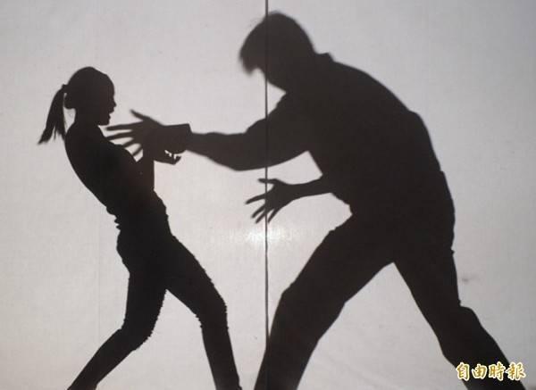 王男對國中女學伸狼爪。(示意圖)