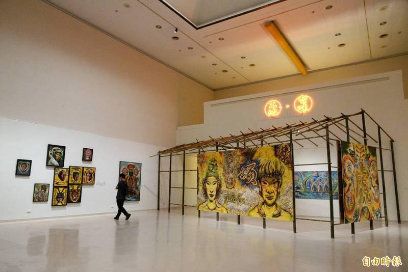 高美館今(8日)起至9月12日止,展出團隊籌畫2年多的藝術家李俊賢大型研究紀念展《TAKAO?台客?南方HUE》。(記者許麗娟攝)
