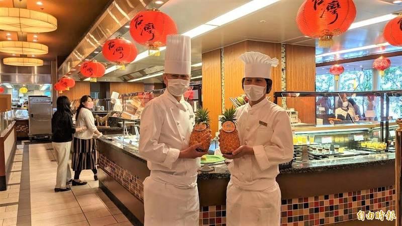池袋大都會飯店推出「好吃台灣」美食市集活動,料理長小池哲(左)與主廚牧令(右)都是首次挑戰台灣小吃。(記者林翠儀攝)