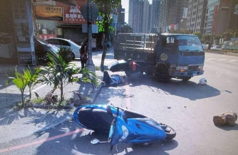 林姓老婦在鳳山區路口違規臨時停車,遭貨車撞上。(民眾提供)