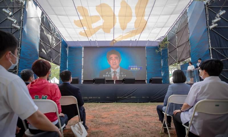 嘉南大圳開工100年的紀念活動,現場播放日本前首相安倍晉三等日方人士的祝詞。(圖取自蔡英文臉書)