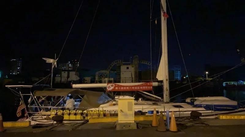 徐姓等7名台灣籍人士從馬來西亞駕駛購買來的二手帆船遊艇,航行到台南安平亞果商港停放在管制區。(記者王姝琇翻攝)