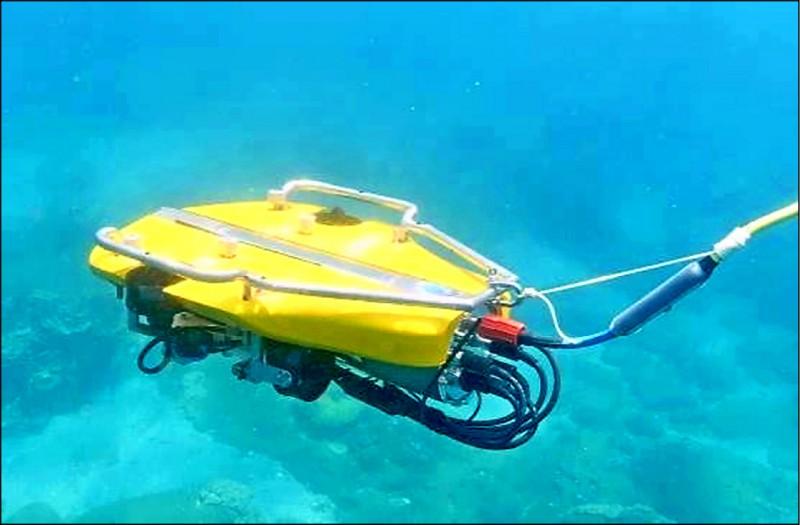 海生館今天在台北舉辦海洋科普活動,開放民眾體驗操作水下無人載具。(海生館提供)