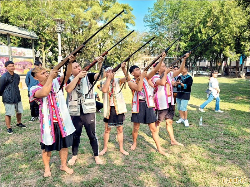 王光祿等人釋憲案結果昨天下午出爐,上午有布農族原住民青年在埔里鎮藝文中心廣場召開記者會,並鳴放傳統獵槍強力聲援。(記者佟振國攝)