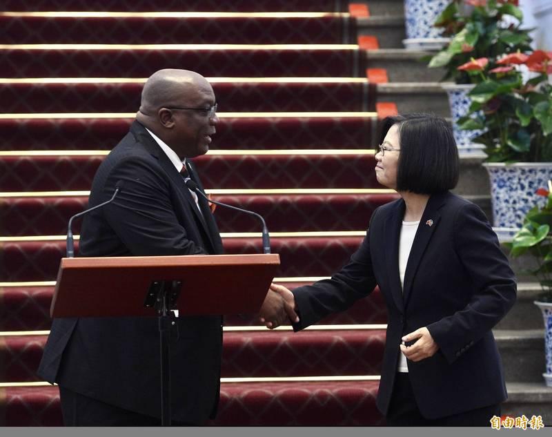 聖克里斯多福總理哈里斯(左)肯定台灣的公衛能力,能幫助各國擊敗武漢肺炎,開發新疫苗,為全球公共衛生有所貢獻。(資料照)