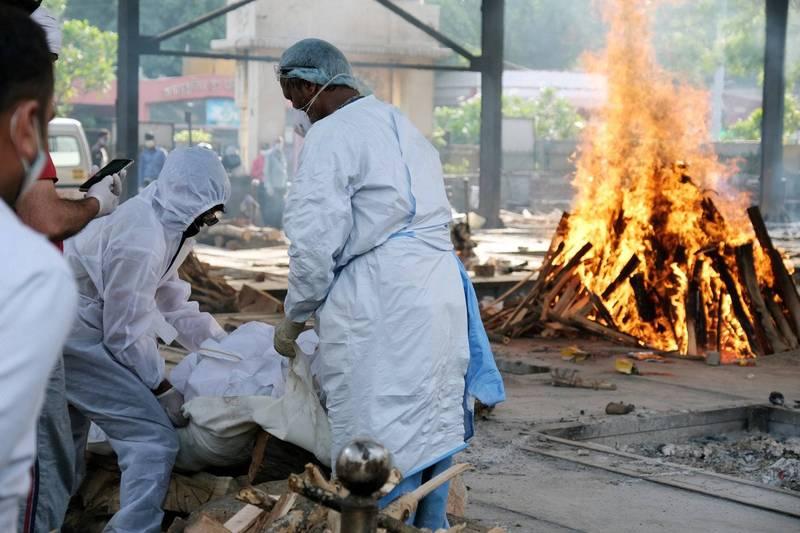 印度新冠肺炎疫情持續擴大,連續3天新增逾40萬人確診,昨日更創下單日4千多人死亡的驚人紀錄。疫情示意圖。(彭博社)