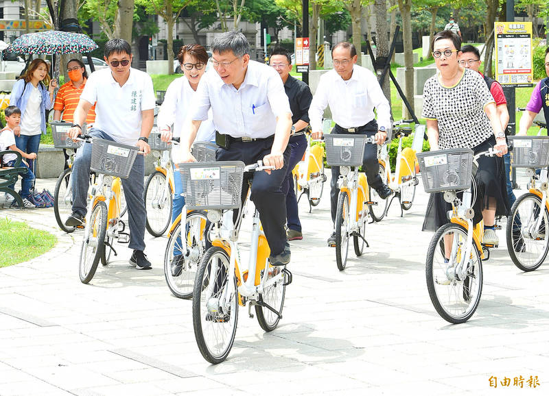 Taipei Mayor Ko Wen-je, third left, Deputy Mayor Vivian Huang, second left, and others try out YouBike 2.0 rental bicycles in Taipei yesterday. Photo: Liu Hsin-de, Taipei Times