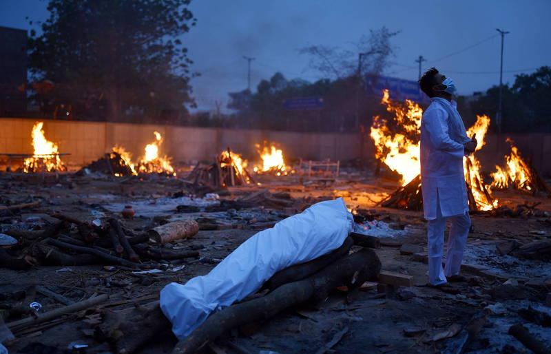 根據華盛頓大學健康指標和評估研究所(IHME)最新預測,在最壞的情況下,印度的死亡人數將在7月到來時超過100萬。圖為印度不斷燃燒的臨時火葬場。(歐新社)