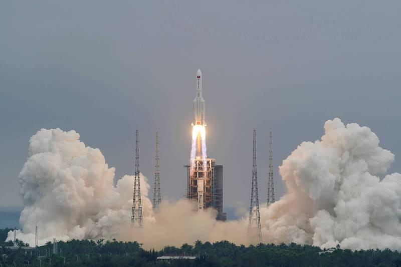 中國長征五號B遙二運載火箭21噸的核心火箭段在任務完成後,位於近地軌道上失去控制。(路透檔案照)