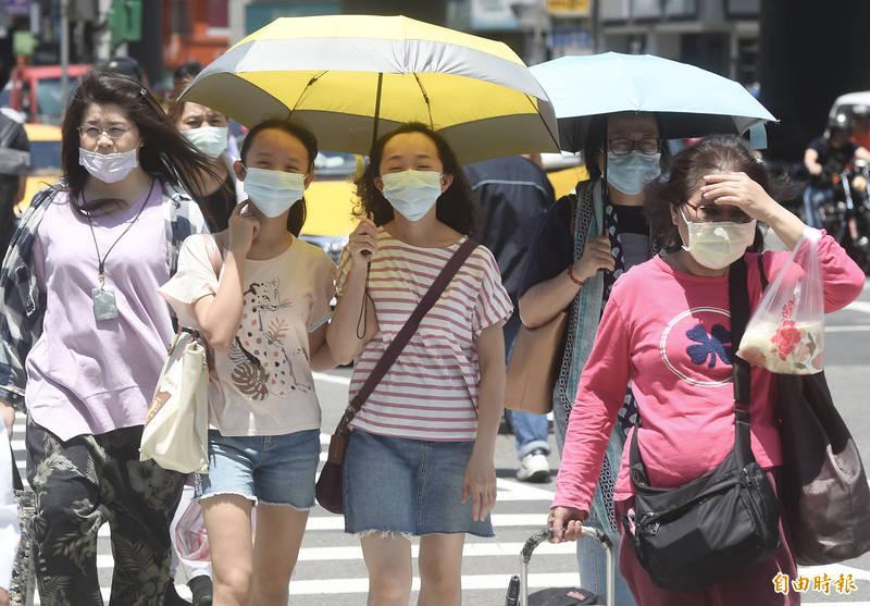 明天台南市近山區或河谷呈現橙色燈號,有機率出現38度極端高溫的現象,須注意防曬、多補充水分、慎防熱傷害。(資料照)
