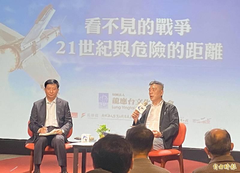 龍應台文化基金會舉辦「島鏈戰略中的一個島—從軍事看海峽兩岸」沙龍,由國防院國防戰略與資源研究所長蘇紫雲(右)主持,中華戰略前瞻協會研究員揭仲(左)主講。(記者吳書緯攝)