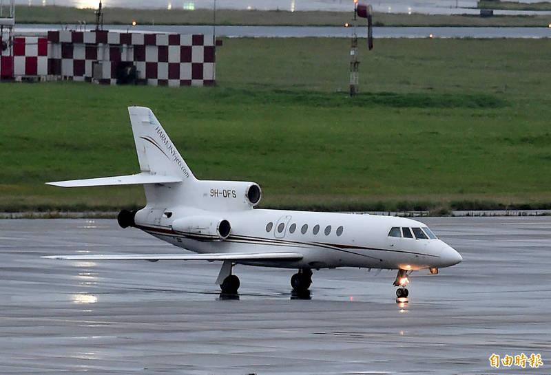 2名確診的駐印度代表處人員搭乘醫療專機8日傍晚6時30分返抵桃園機場,該醫療專機航班編號為HMJ185,機型為Dassault Falcon 50。(記者朱沛雄攝)
