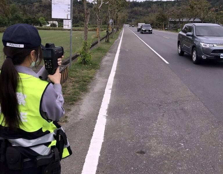 警方控黃姓男子開小貨車飆速154公里,原廠打臉警方「新車測試只能開到145公里」。示意圖,與本新聞無關。(資料照)