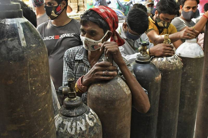 The global epidemic of pneumonia in Wuhan is still severe, especially in India. Many infected patients cannot be admitted to hospitals and can only help themselves to sustain their lives by inhaling oxygen. The picture shows the picture of Indian people waiting in line to fill with oxygen.  (Associated Press)