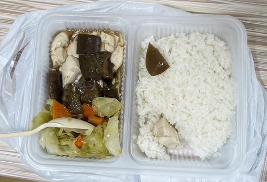 香港網友評比台灣、日本、香港的隔離餐菜色,怒批香港隔離餐(見圖)是全世界最差。(圖擷取自臉書_日本旅人 旅遊 購物美食情報)