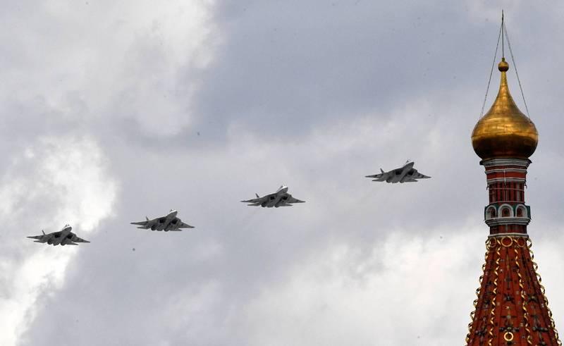 俄國第5代匿蹤戰機Su-57近期在莫斯科的空中呼嘯而過時,發出神秘的尖銳聲響,就像是「嚎叫聲」,讓周遭居民都嚇壞了。(法新社)