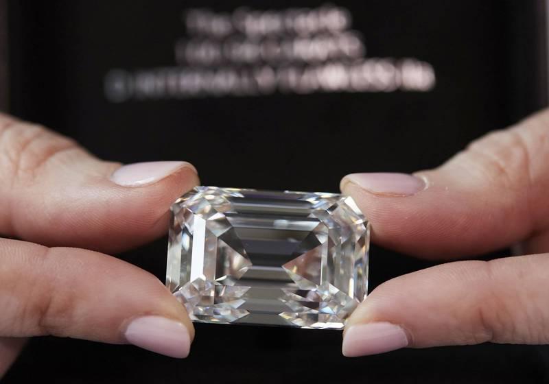 俄羅斯史上最大的切割鑽石達100.94克拉,預估拍賣價介於1200萬至1800萬瑞士法郎(約新台幣3.7億元至5.5億元)之間。(路透)