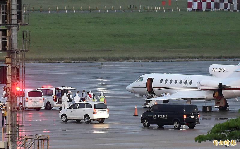 2名確診的駐印度代表處人員搭乘醫療專機8日傍晚6時30分返抵桃園機場,患者下機後隨即由救護車接送至醫院進行後續治療。(記者朱沛雄攝)