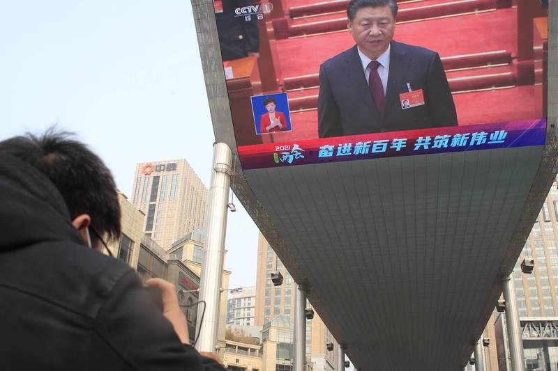 71%的中國受訪者認同中共政權已足夠民主,對此旅美的中國人權律師滕彪打臉稱,這樣的結果代表「政府宣傳洗腦成功」。(歐新社)