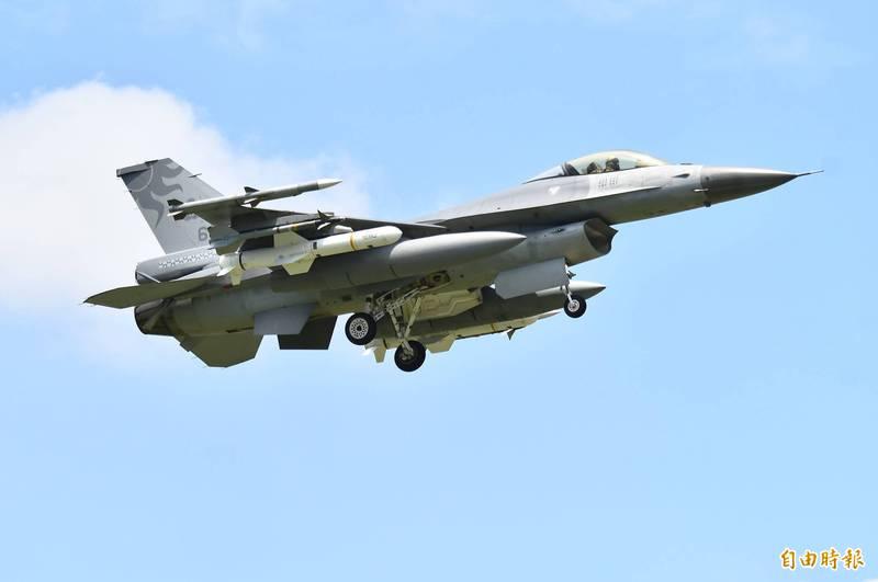 軍方傳出訊息,在美執行飛行訓練的F-16戰機,日前已分批自美飛返台灣,並由美台飛行員協力駕駛,飛返台灣的F-16戰機將依計畫期程,交由漢翔公司執行性能提升。圖為花蓮空軍基地的F-16戰機加掛魚叉飛彈,執行戰鬥巡航任務。(資料照)