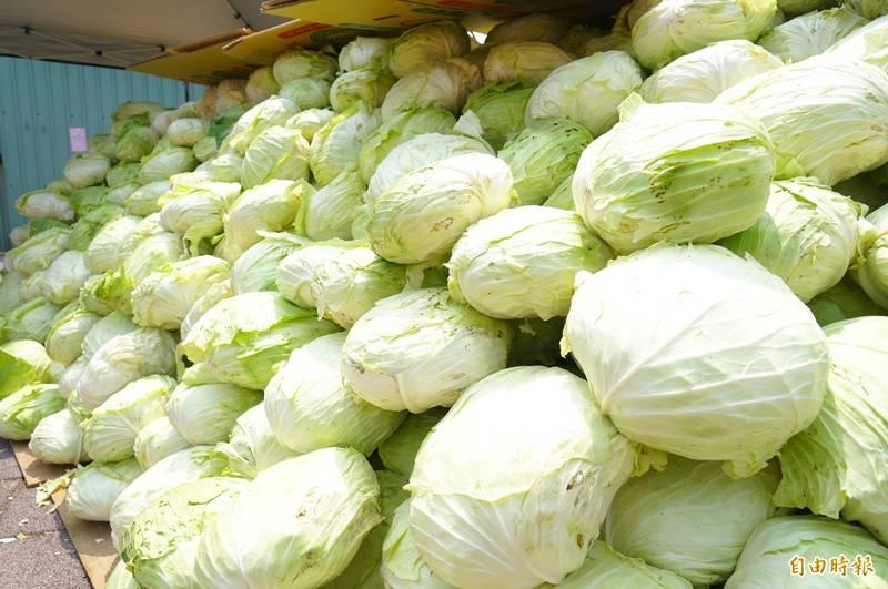 原PO分享,在菜市場有位大嬸要求菜攤老闆贈送「2顆小高麗菜」,該PO文引許多網友留言。示意圖,與當事人無關。(資料照)