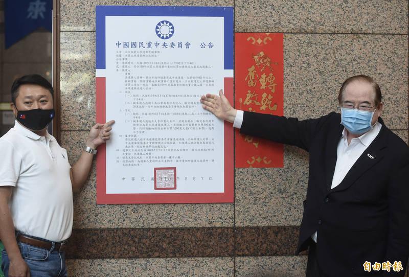 國民黨7月24日改選黨主席,國民黨秘書長李乾龍(右)、組發會主委李哲華(左)7日張貼「110年中國國民黨主席選舉」公告。(資料照)