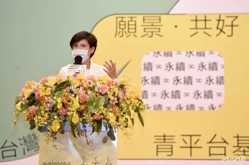 青平台基金會今(8)日舉行「永續民主研究中心」、「民主治理學院」成立儀式,以及「台灣.下一步.永續民主」論壇,董事長鄭麗君會中致詞並於會後接受媒體訪問。(記者叢昌瑾攝)