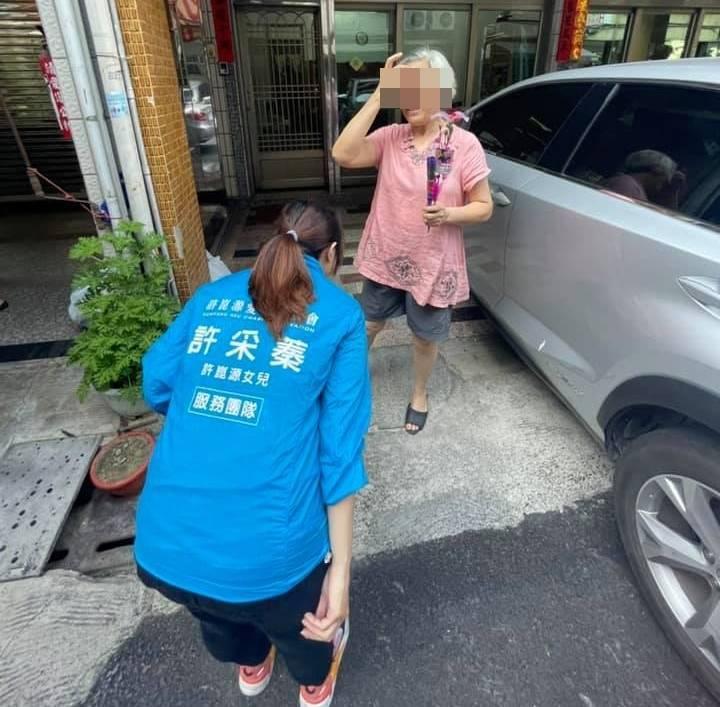 許采蓁近日分送康乃馨,熱心幫忙的里民卻因店家不借車位而發生爭執。(圖擷自許采蓁臉書)