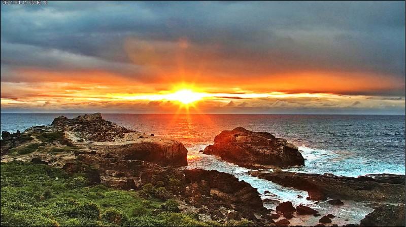 交通部觀光局東部海岸國家風景區管理處今年4月,在花蓮石梯坪設置花蓮海岸線第一支4K解析度(4K resolution)高解析即時影像系統,供民眾線上即時收看美景。(東管處提供)