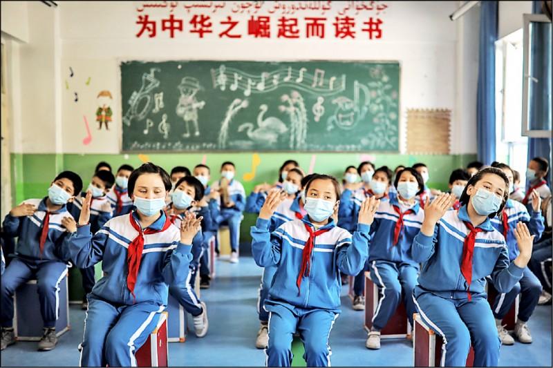 美國等西方國家將在十二日舉行聯合國會議,討論新疆維吾爾族遭迫害一事,遭中國行文各國要求勿出席。圖為四月中國安排外國媒體記者參觀新疆,新疆喀什市阿瓦提縣一所小學生表演歌唱。 (歐新社檔案照)