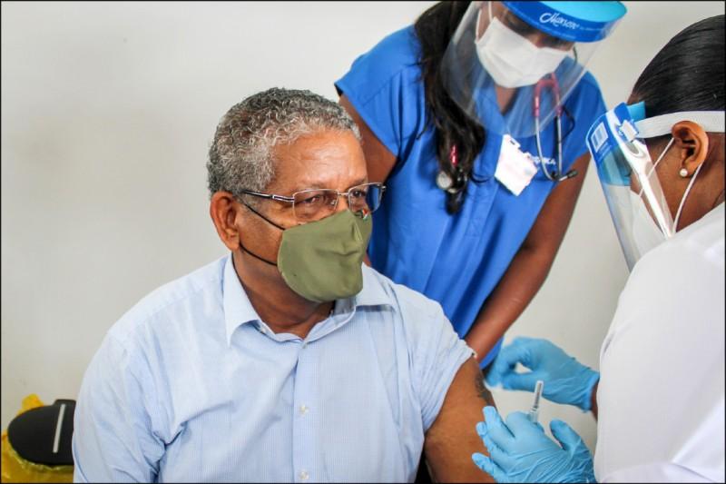 塞席爾總統拉姆卡拉萬一月接種第一劑武漢肺炎疫苗時,對國家達成群體免疫信心十足,不料近期疫情反彈。(法新社檔案照)