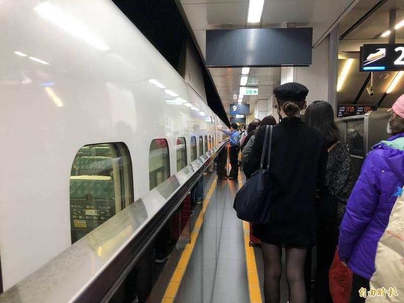 高鐵公司今日分別自左營站及台南站各加開1班次北上各站停靠的全車自由座列車。(記者羅綺攝)