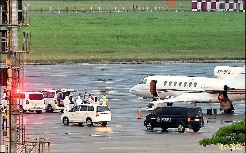 2名確診的駐印人員昨晚搭醫療專機返抵桃機,由救護車後送至醫院進行治療。(資料照)