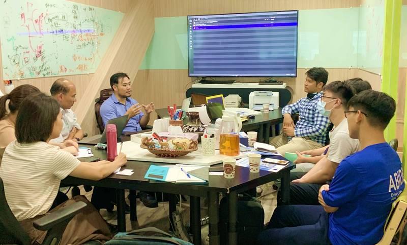 先進醫資創辦人黃兆聖(中左),大方分享因病棄醫創業心路歷程。(圖由高市經發局提供)