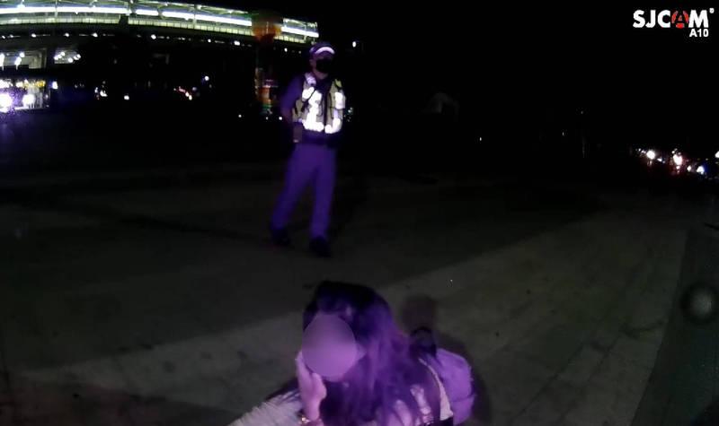 菲女無助的蹲在地上哭泣。(記者許國楨翻攝)