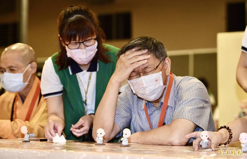 台北市長柯文哲今參與「手指輕鬆禪」,只是手指頭似乎不太靈巧,完成作品後手撫額頭大感吃不消!(記者羅沛德攝)