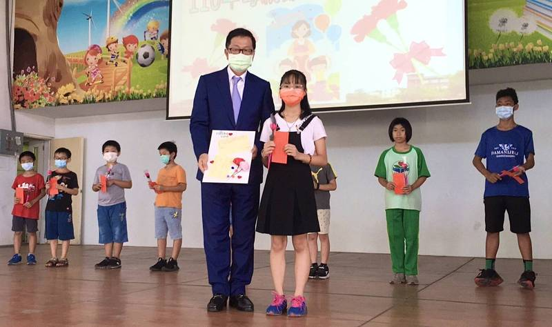 李明輝返回母校頒發學弟妹獎助學金。(圖教育局提供)