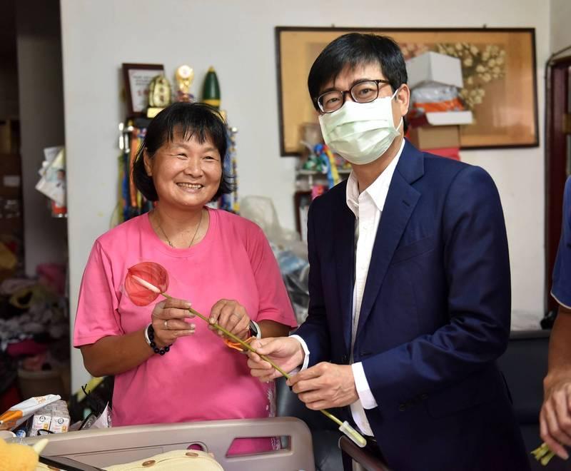 陳其邁拜訪「超跑媽媽」陳嘉齡,送上火鶴祝福她母親節快樂。(陳其邁臉書)