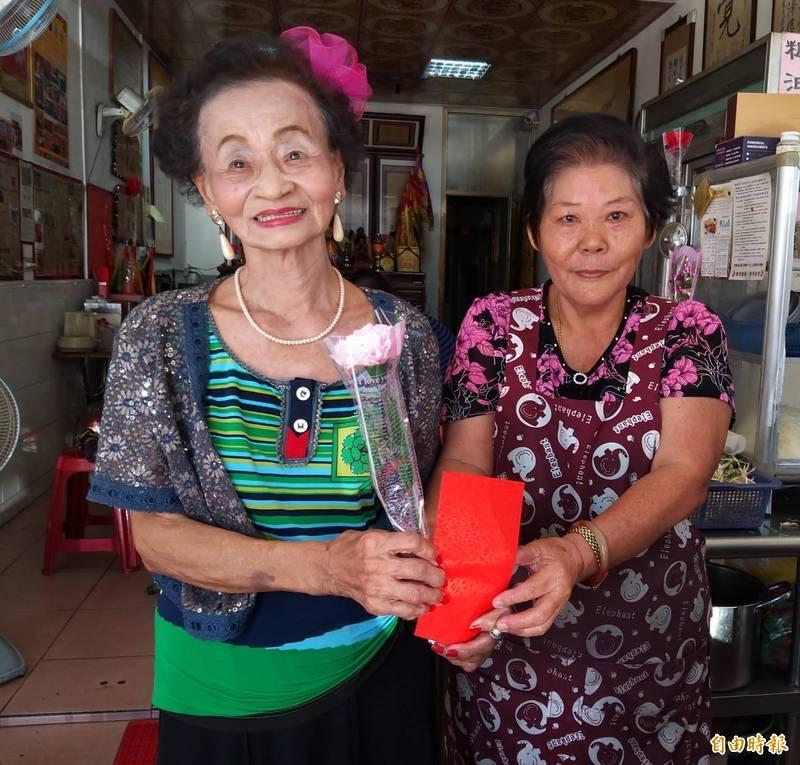 高雄美濃區妙善聖堂今天母親節舉辦歌唱同樂會活動,90歲阿嬤劉林招花(左)高歌一曲「若得到你干若得到全世界」,歷盡滄桑風霜的歌聲感動全場。(記者蘇福男攝)