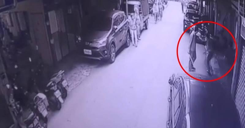 監視器拍下胡男遭林氏兄弟圍毆。(記者徐聖倫翻攝)