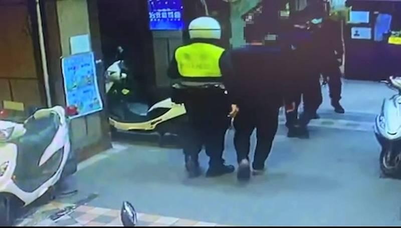 林氏兄弟遭警方帶回警所。(記者徐聖倫翻攝)