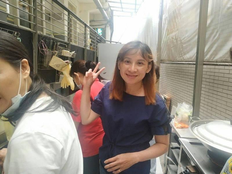 大豐國小補校學生范翠姮享受和補校同學一起做美食的快樂時光。(新北教育局提供)