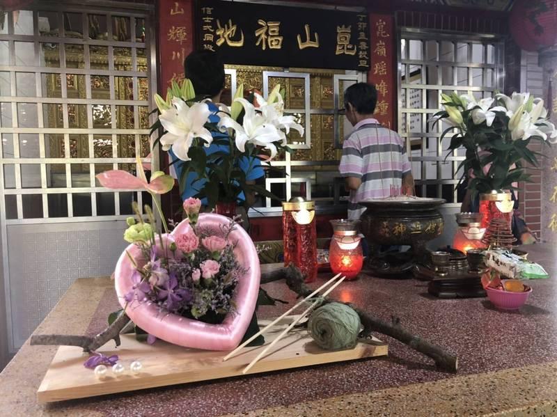 新社崑山土地公廟,民眾放毛線及棒針在供桌上,讓其他民眾覺得很新奇。(民眾提供)