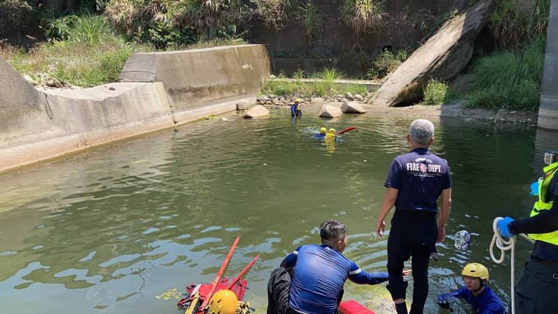 台中一名7歲男童和27歲男子,今天中午到太平北田大橋下方戲水時雙雙溺水,消防人員獲報到場搶救中。(記者陳建志翻攝)