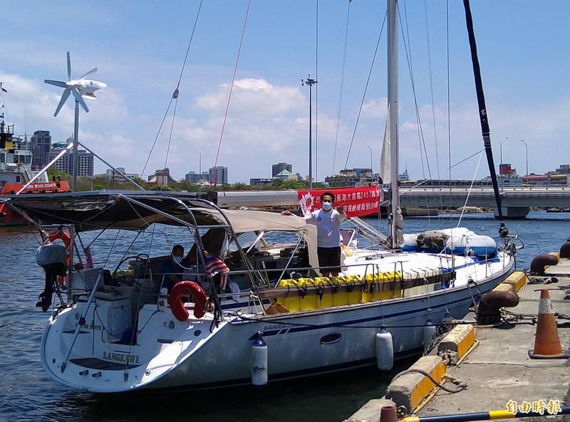 船長陳嘉峰現身感謝台南市政府等單位的協助,預計週一船將開往高雄興達港維修。(記者蔡文居攝)
